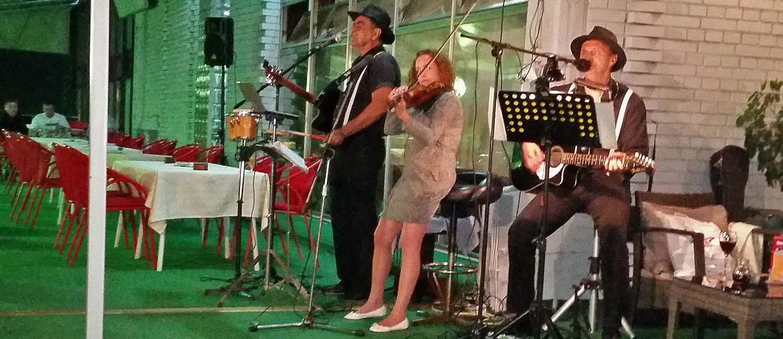 Muzika u letnjoj bašti restorana CFK