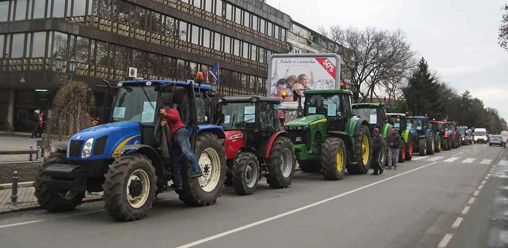 Traktorima ispred opštine
