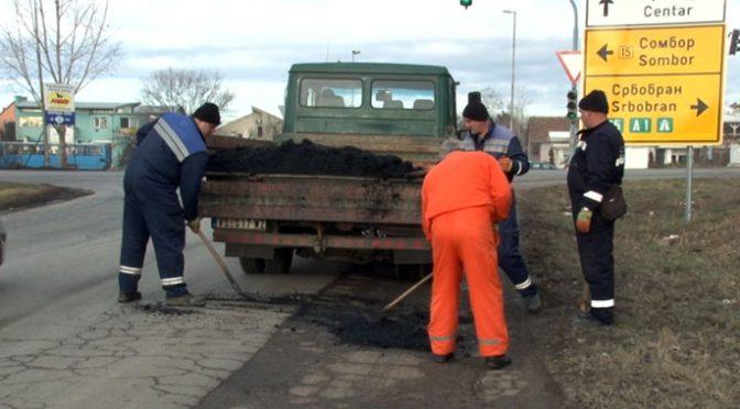 U toku saniranje udarnih rupa hladnom asfaltnom masom