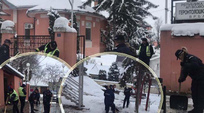 Združena akcija – Policajci čistili sneg u Gerontološkom centru