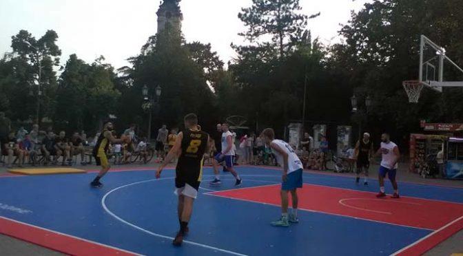 Turnir u basketu 3×3 okupio na gradskom trgu u Vrbasu 21 ekipu