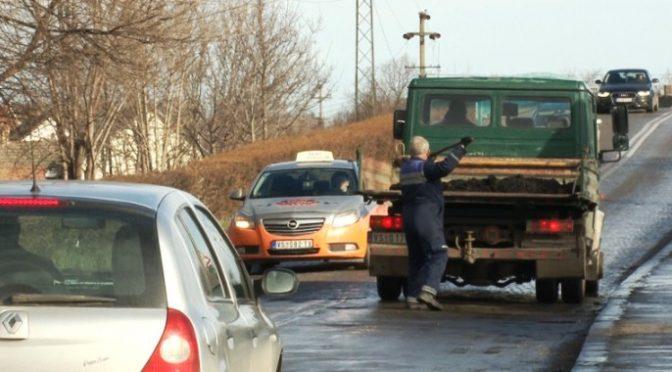 Akcija krpljenja udarnih rupa hladnom asfaltnom masom na teritoriji Vrbasa
