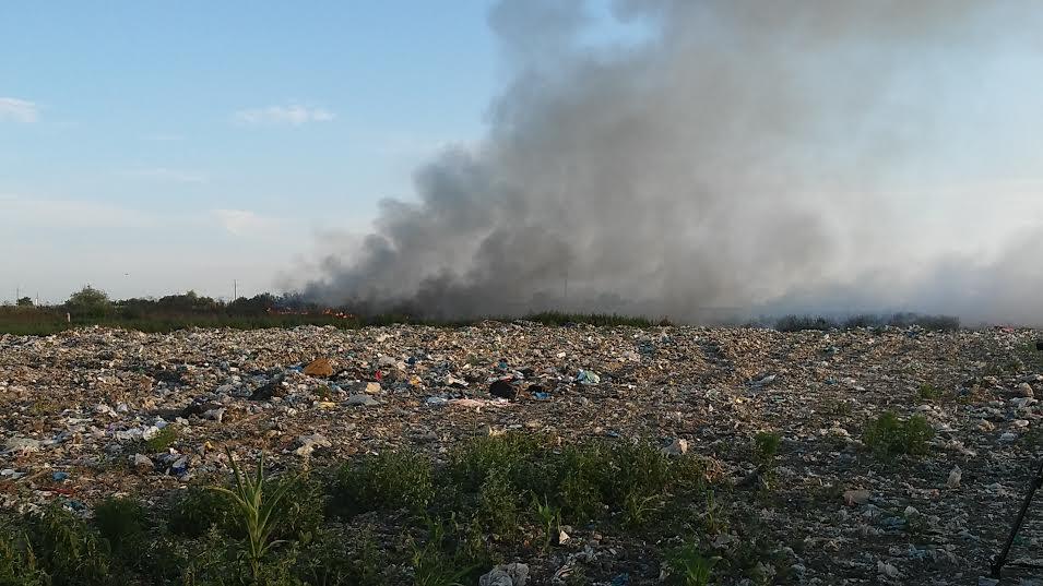 Požar na gradskoj deponiji u Vrbasu – grad i okolne njive nisu u opasnosti