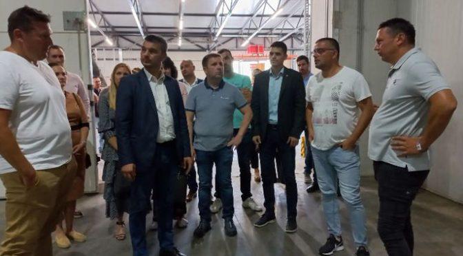 """Nedimović i Božić posetili kompaniju """"Novi Trading NS"""" u Zmajevu"""