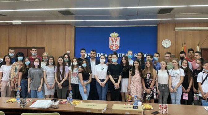 Najboljim đacima u opštini Vrbas na poklon laptopovi i pametni satovi